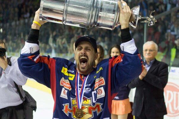 Lukáš Jurík s majstrovskou trofejou.