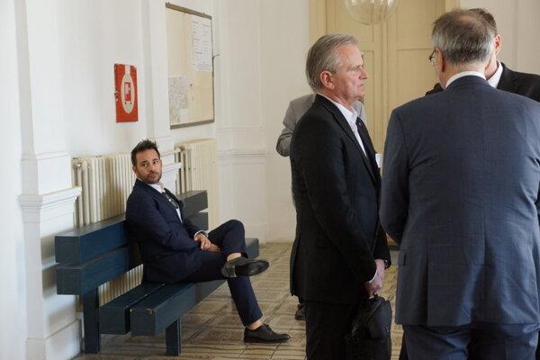 Exdekan Siegfried (v strede) a bývalý štúdijný poradca z Talianska Antonio N. (naľavo) sa nekonaním najvyššieho súdu nezaoberajú.