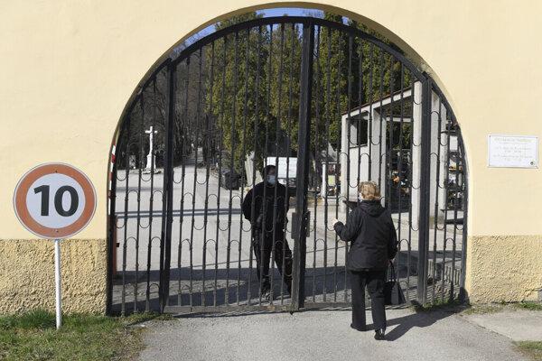 Vstup na cintorín strážil pracovník SBS.