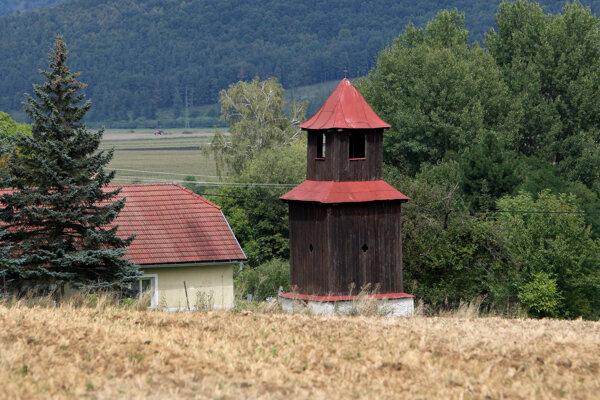 Drevená zvonička na Slatinských Lazoch.