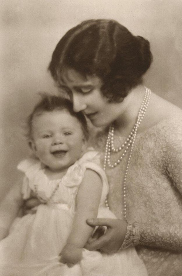 Na snímke z roku 1926 vľavo vtedajšia princezná Alžbeta, ktorá sa neskôr stala britskou kráľovnou Alžbetou II. a vojvodkyňa z Yorku.
