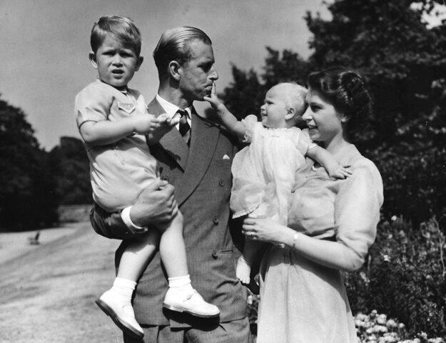 Na snímke z roku 1951 vtedajšia princezná Alžbeta, jej manžel princ Philip, vojvoda z Edinburghu, a ich dve deti princ Charles a princezná Anne sú v londýnskom sídle Clarence House.