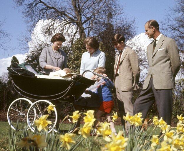 Na snímke z 21. apríla 1965 kráľovná Alžbeta II., princ Philip a ich deti: Anne, Andrew, Charles a Philip počas osláv 39. narodenín kráľovnej Alžbety II. vo Windsore.