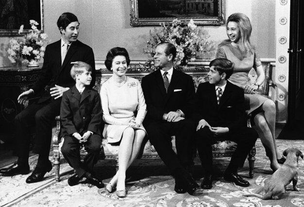 Na snímke z 20. novembra 1972 britská kráľovná Alžbeta II. a princ Philip so svojimi deťmi pri príležitosti striebornej svadby v Buckhinghamskom paláci v Londýne.