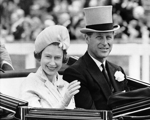 Na snímke z 19. júna 1962 britská kráľovná Alžbeta II. a jej manžel britský princ Philip prichádza na kráľovské konské dostihy v Ascote.