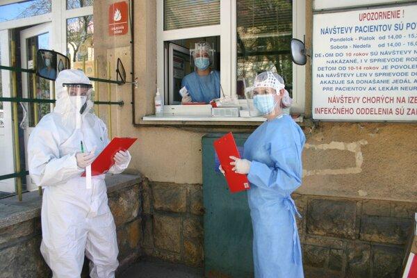 Študenti FZ KU v Ružomberku sa zapojili ako dobrovoľníci pri realizácii protiepidemiologických opatrení na zamedzenie šírenia nového koronavírusu.