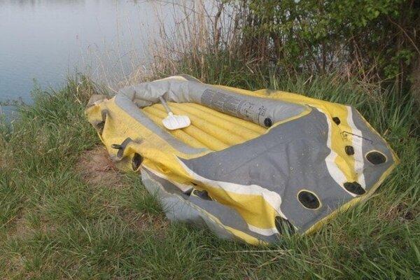 V tomto člne sa muž vydal na jazero.