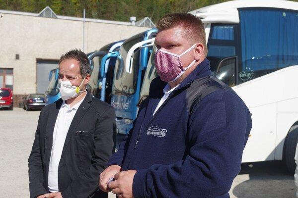 Peter Dorinec, autodopravca z Považskej Bystrice a predseda Únie súkromných autobusových dopravcov Banislav Doboš. Obaja tvrdia, že bez pomoci štátu a úveru nevydržia. Budú musieť prepúšťať.
