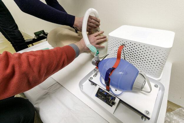 Zariadenie s názvom Q-vent má konštrukčnú cenu približne 80€ a je kompatibilné s rôznymi bežnými nemocničnými pomôckami.