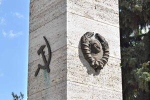 Pomník padlým vojakom Sovietskej armády je národnou kultúrnou pamiatkou. Časť verejnosti jej dáva pečať komunistického režimu.