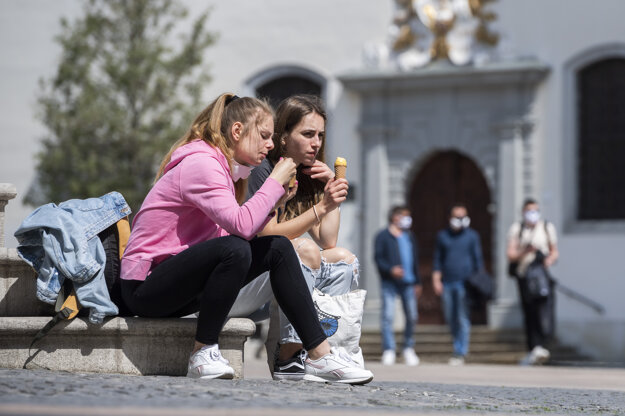 Dievčatá na Hlavnom námestí počas pandémie koronavírusu v Bratislave.