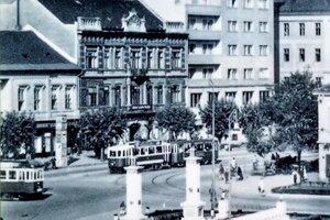 Netypický pohľad na pomník zhora v roku 1948. Fotografia je súčasťou infotabule.