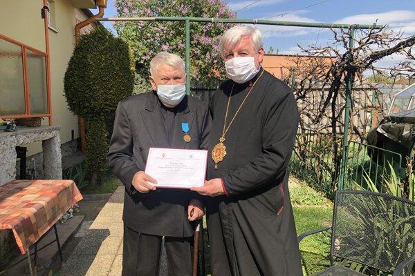 Ocenený Imrich Marinčák (vľavo)s Jánom Babjakom.