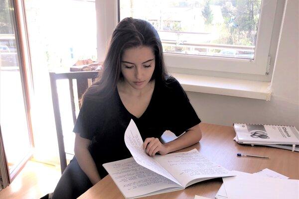 Maturantka Veronika Murgašová trávila nad knihami doposiaľ všetok voľný čas.