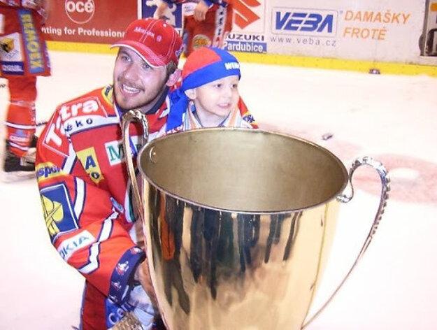 Ján Lašák s trofejou a vtedy dvojročným synom Jankom