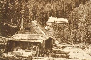 História. Demianov zrub pod Roháčom, vpozadí 1. Ťatliakova chata.
