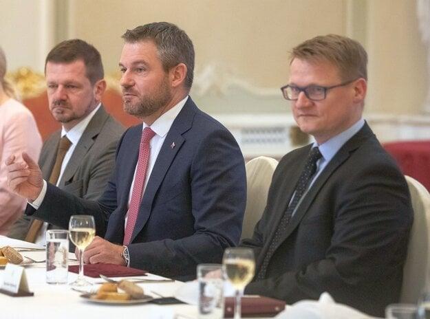 Bývalý Riaditeľ Kancelárie predsedu vlády SR Rastislav Rybanský (vpravo) vedľa expremiéra Petra Pellegrinihi v januári 2020.