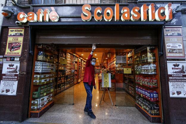 Predavač otvára kaviareň v Ríme. Taliansko začalo od pondelka so zmierňovaním niektorých opatrení v boji proti šíreniu koronavírusu.