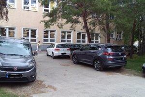 Na parkovanie v areáli nemocnice sa sťažujú lekári i pacienti.