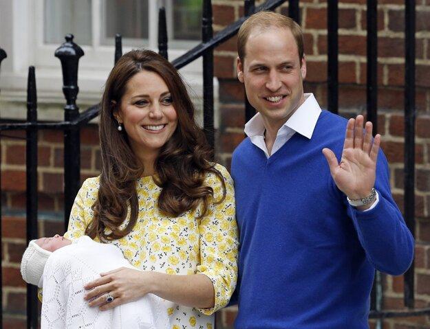Na snímke z 2. mája 2015 britský princ William a jeho žena vojvodkyňa z Cambridgea Kate nesú svoju dcérku z nemocnice St. Mary v Londýne.