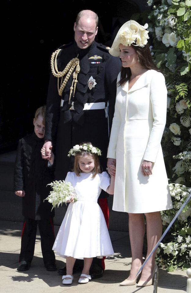 Britský princ William a jeho manželka Kate s ich deťmi princom Georgeom a princeznou Charlotte mávajú po svadbe britského princa Harryho s americkou herečkou Meghan Markleovou v Kaplnke sv. Juraja na kráľovskom zámku vo Windsore v sobotu 19. mája 2018.