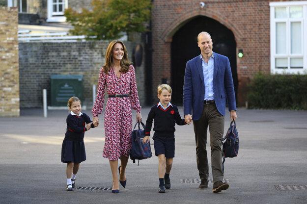 Princezná Charlotte v spoločnosti svojho brata princa Williama a svojich rodičov princa Williama a Kate počas príchodu na prvý deň do súkromnej prípravnej školy Thomas's School v Londýne 5. septembra 2019.