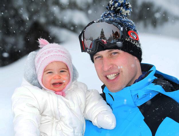 Princ William s dcérou Charlottte pózujú počas lyžovačky v rámci ich prvej spoločnej dovolenky vo štvorici, vo francúzskych Alpách 3. marca 2016.