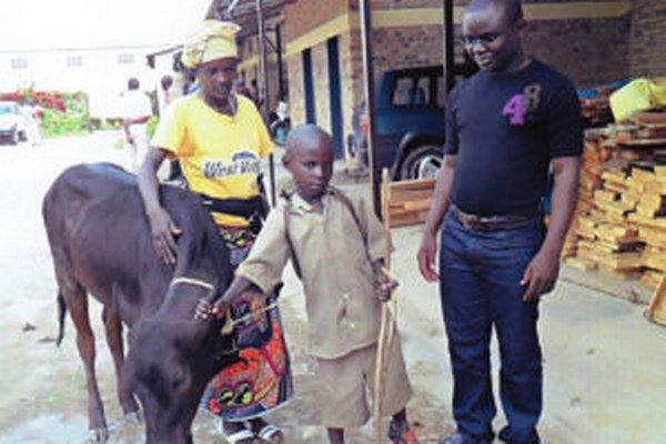 Jean Baptiste s rodinou a kravou, na ktorú prispeli novobanskí študenti a učitelia.