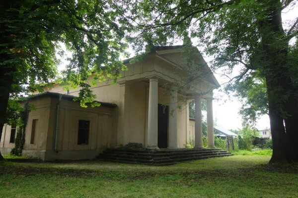 ilustračné foto - Dom smútku na židovskom cintoríne v Lučenci.