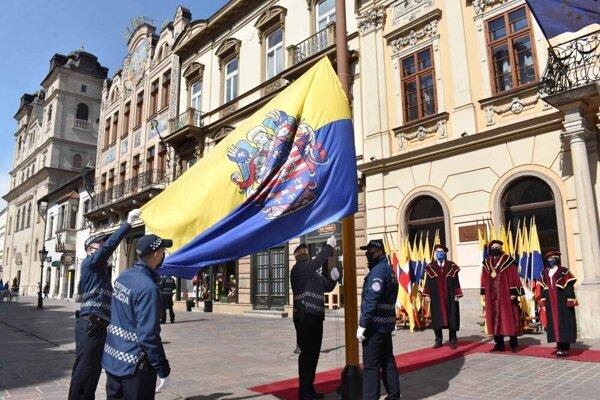 Namiesto veľkolepých osláv len príhovor a vztýčenie mestskej vlajky.