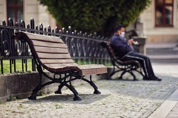 Prešovčania a návštevníci mesta si budú môcť opäť posedieť na lavičkách v centre.
