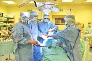 V nemocniciach začínajú robiť aj plánované operácie.