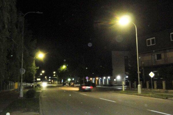 Aj na Bernolákovej ulici svieti, cikcakovite, každá druhá lampa.Pre zaujímavosť, podobné opatrenie ako teraz bolo vTopoľčanoch prijaté aj vroku 2008. Radnica pritom nezaznamenala žiadne sťažnosti ani problémy súvisiace sobmedzením svietivosti lámp