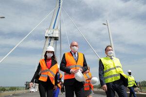Richard Sulík a Péter Szijjártó na obhliadke nového mosta.