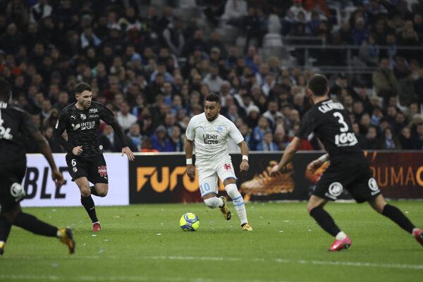 Hráč Marseille Dimitri Payet (uprostred) pred hráčmi Amiens.