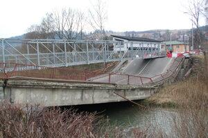 Most v Trstenej po páde do rieky Oravica.