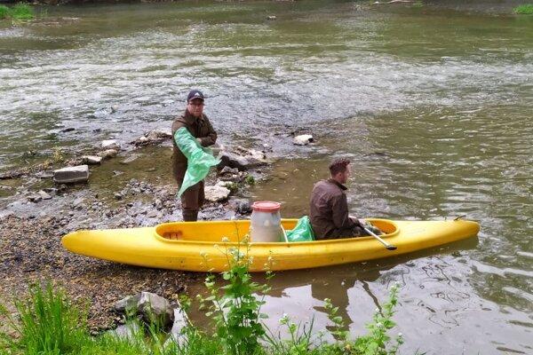 Rieka je po zime vždy plná odpadu.