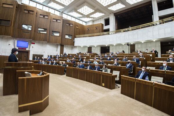 Zasadnutie parlamentu v stredu 13. mája 2020.