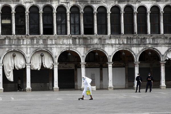 Mníška s rúškom kráča cez Námestie svätého Marka v Benátkach.