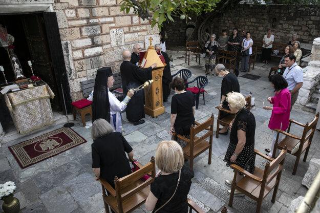 V jednom z gréckych kostolov sa bohoslužba pre hrozbu šírenia koronavírusu konala vonku.