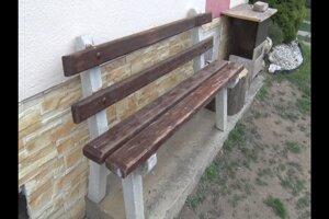 Na tento lavičke zvyknú domáci sedávať. Nad ňou skončila aj jedna z guliek.