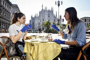 Zákazníčky počas raňajok v bare pred katedrálou v Miláne.