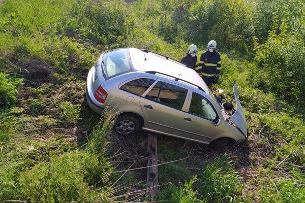 Auto po nehode skončilo na tráve.