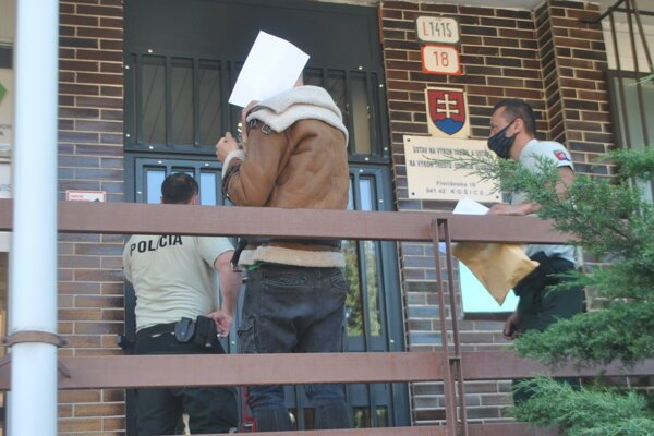 Policajti privádzajú Borisa do väznice na Floriánskej ulici na jednu noc vo väzbe.