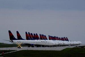 Ilustračná fotografia. Lietadlá stoja na letisku v Kansas City. Pandémia spôsobila, že letecká preprava sa musela výrazne obmedziť.
