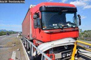 Poľský kamionista havaroval pri Nemšovej.