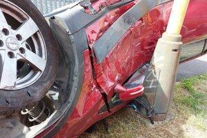 Bicykel zostal zakliesnený pod prevráteným autom.