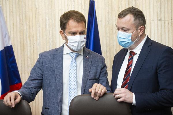 Vľavo predseda vlády SR Igor Matovič a vpravo minister práce, sociálnych vecí a rodiny SR Milan Krajniak.