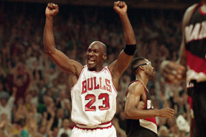 Michael Jordan v júni 1992 oslavuje víťazstvo Chicago Bulls vo finálovom súboji s Portland Trail Blazers.