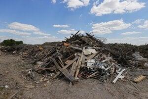 Odpad na čiernej skládke v Ivanke pri Dunaji